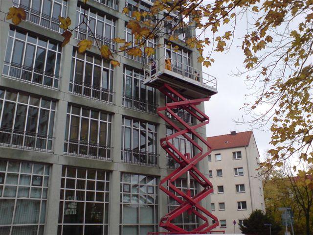 Fassadenreinigung an Bürogebaeuden und Industriebauten mit selbstfahrender Vertikalbühne, reinigen von Lichtwerbung, Neonschrift