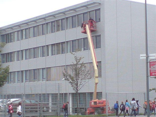 reinigen von Fenstern nit gemieteter elektro-hydraulischer Gelenkteleskop-Buehne