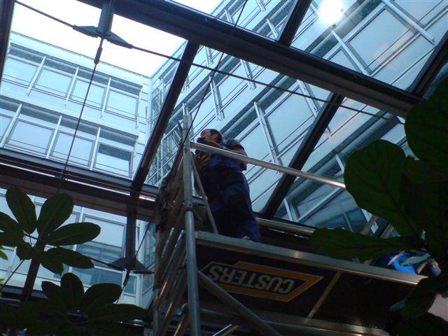 reinigen der Glasdecke, AOK Sternplatz, Reinigung an Bürogebaeude, Büroräumen, ausführen von Hausmeisterservice und Reinigungsaufgaben