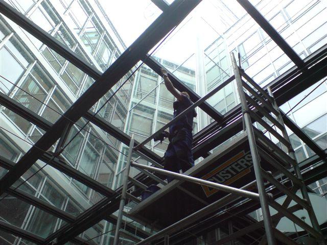 Fassadenreinigung der AOK Sternplatz mit hydraulischer Scherenhebebühne