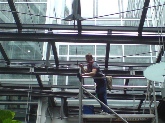Fassadenreinigung der AOK Sternplatz mit hydraulischer Scherenhebebühne, Hausmeister-Service und Reparaturarbeiten