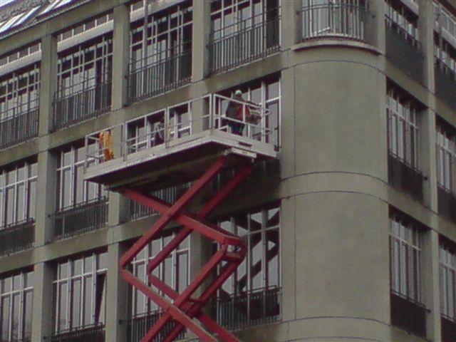 Fassadenreinigung, Reinigung und Pflege der Fenster-Verglasung sowie der Rahmen im Bürogebäude am am Sternplatz