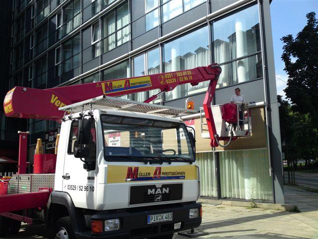 Fassadenreinigung u. Glasreinigung mit LKW-Gelenkteleskopbühne, reinigen und pflegen von Hotel-, Büro-, Fenstern und Rahmen