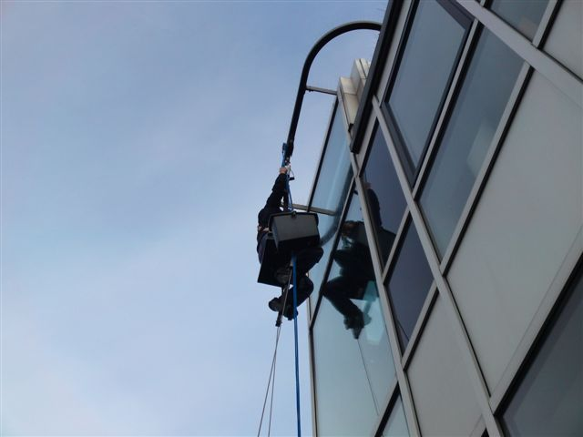 reinigen von Fenstern, Rahmen, Reinigungsarbeiten an Solaranlagen, Photovoltaik-Anlagen, Solarmodulen - Wagner Glasreinigung und Fassadenreinigung bis 1500 qm täglich