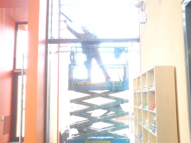 reinigen der Fassadenverglasung mit hydraulischer Scherenhebebühne, Lift, Hebebühne, Hausmeister Service
